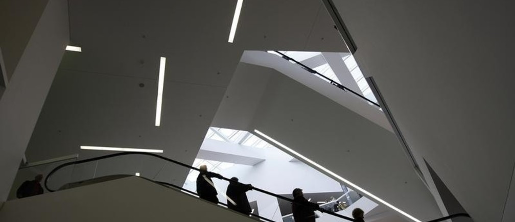 Shoppers walk through Bern's Westside shopping centre, which was designed by architect Daniel Libeskind, on the opening day, in Bern October 8, 2008. REUTERS/Stefan Wermuth (SWITZERLAND) - BM2E4A811HY01