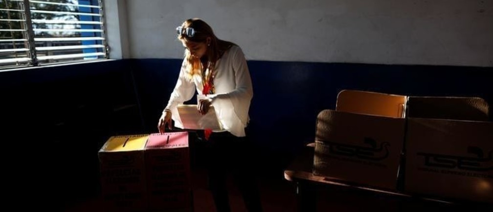 A woman casts her vote during the municipal and parliamentary elections at a polling station in San Salvador, El Salvador, March 4, 2018. REUTERS/Jose Cabezas