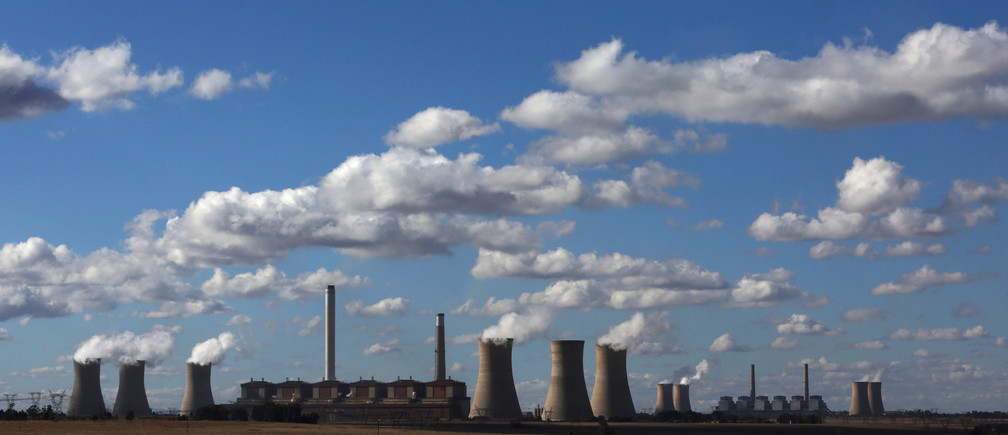 Steam rises from the cooling towers of Matla Power Station, a coal-fired power plant operated by Eskom in Mpumalanga province, South Africa, May 20, 2018. REUTERS/Siphiwe Sibeko - RC1D79F34600