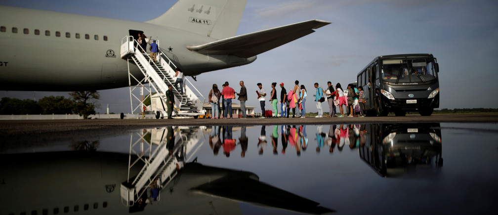 Venezuelan refugees board a Brazilian Air Force plane, heading to Manaus and Sao Paulo, at Boa Vista Airport, Brazil May 4, 2018. REUTERS/Ueslei Marcelino     TPX IMAGES OF THE DAY - RC15CD34A440