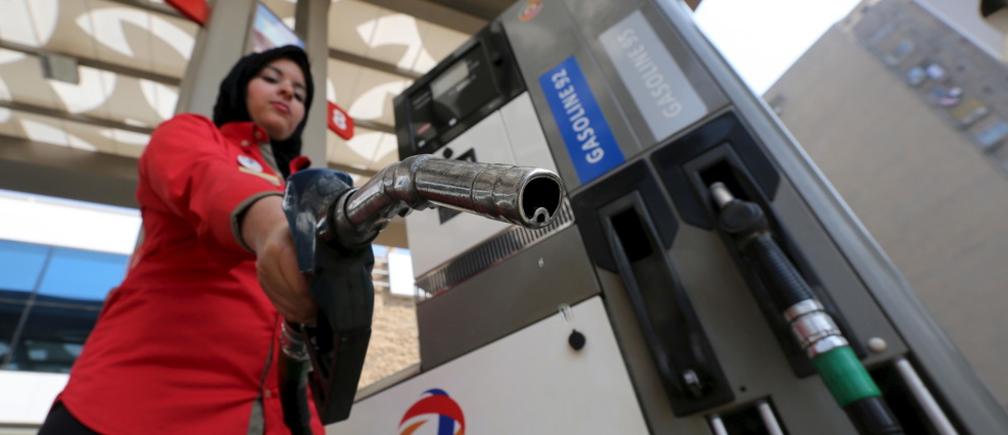 男性限定の方針を変更したばかりのカイロのガソリンスタンドで働く女性従業員