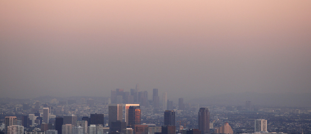 Century City and downtown Los Angeles are seen through the smog December 31, 2007.  REUTERS/Lucy Nicholson (UNITED STATES) - GM1DWYDESTAA