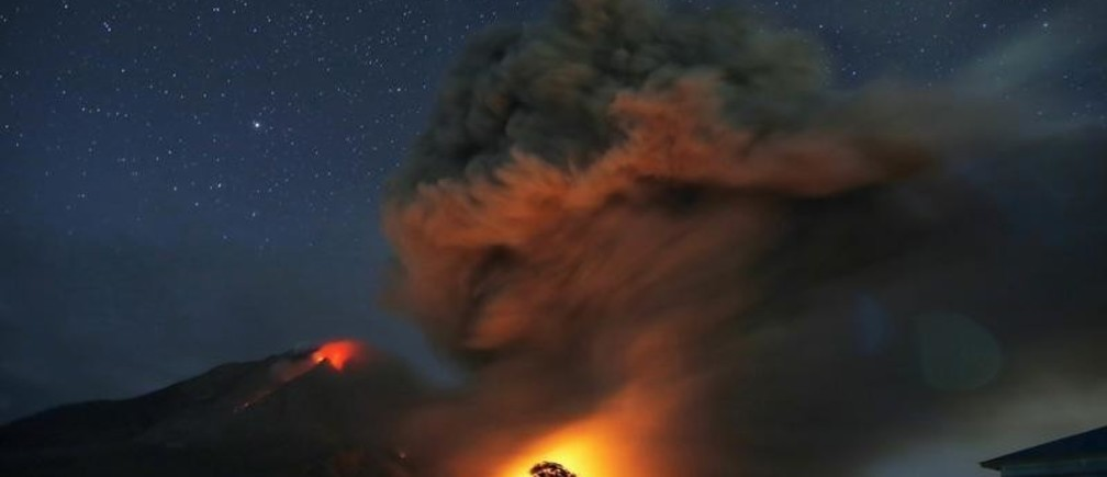 Hot lava flows from Mount Sinabung volcano during eruption as seen from Tiga Serangkai village in Karo Regency, North Sumatra province, Indonesia June 25, 2015. More than 10,000 people from 12 villages, who are living around the slopes of Mount Sinabung, left their homes and moved to refugee camps, local media reported on Friday. REUTERS/Beawiharta      TPX IMAGES OF THE DAY           TPX IMAGES OF THE DAY      - GF10000138047