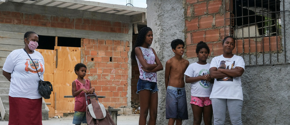 Residents wait in line to receive donations provided by NGO Rio de Paz in Manguinhos slums complex during the coronavirus disease (COVID-19) outbreak, in Rio de Janeiro, Brazil, April 9, 2020. REUTERS/Ricardo Moraes - RC2C1G9VN1VC