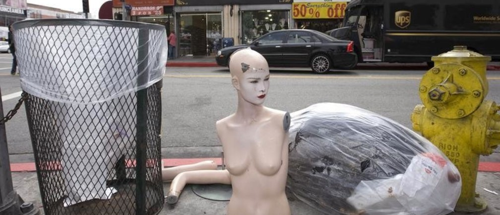 A discarded mannequin stands on the street of the Los Angeles Fashion District in downtown Los Angeles March 14, 2008.  Los Angeles fashion insiders are tired of playing second fiddle to New York, which they describe as slow-moving and staid. Today's fashion, they say, thrives in this city of palm-lined streets whose lifestyle is coveted the world over. To match feature FASHION-LOSANGELES/   REUTERS / Hector Mata (UNITED STATES) - GM1E4430QS701