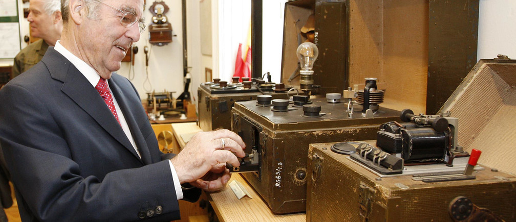 Austrian President Heinz Fischer looks at an old morse code device during his visit in his former military barracks in Vienna March 17, 2010. REUTERS/HBF/Peter Lechner  (AUSTRIA - Tags: POLITICS MILITARY) - BM2E63H12AP01