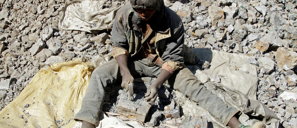 An artisanal miner works at Tilwizembe, a former industrial copper-cobalt mine, outside of Kolwezi, the capital city of Lualaba Province in the south of the Democratic Republic of the Congo, June 11, 2016. Picture taken June 11, 2016. REUTERS/Kenny Katombe - RTSIIMR
