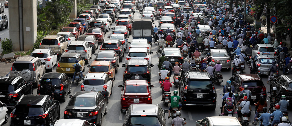 Traffic jam is seen in morning rush hour after the government eased nationwide lockdown following the coronavirus disease (COVID-19) outbreak in Hanoi, Vietnam May 25, 2020. REUTERS/Kham - RC2HVG9UB21U