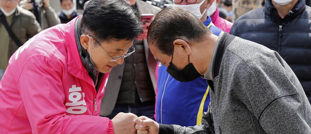 Hwang Kyo-ahn, candidato del principal partido de la oposición, el Partido del Futuro Unido, da un golpe de puño en lugar de estrechar la mano para evitar la propagación de la enfermedad coronavirus (COVID-19) durante un mitin de campaña en Seúl, Corea del Sur, el 10 de abril de 2020.