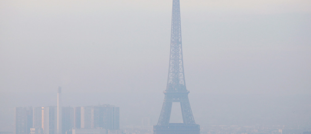The Eiffel Tower is surrounded by a small-particle haze which hangs above the skyline in Paris, France, December 9, 2016 as the City of Light experienced the worst air pollution in a decade.  REUTERS/Gonzalo Fuentes - RTSVCY6