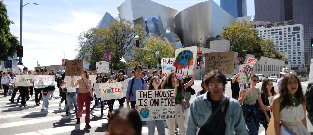 Students attend a protest rally to call for urgent action to slow the pace of climate change, in Los Angeles, California, U.S., March 15, 2019.  REUTERS/Lucy Nicholson - RC1CBAD2B080