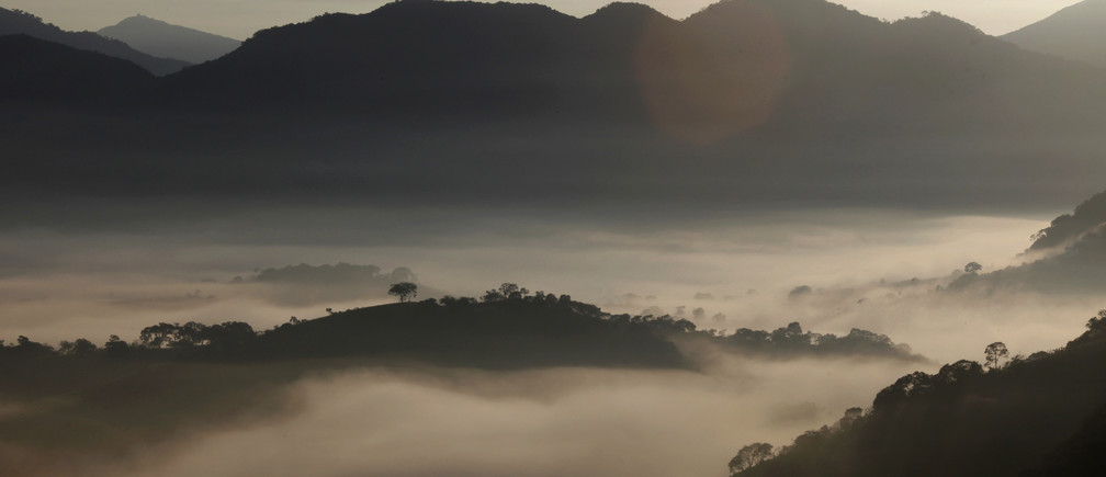 Fog sourrounds the mountains in Goncalves, in the state of Minas Gerais in southwestern Brazil, April 18, 2014. REUTERS/Paulo Whitaker (BRAZIL - Tags: ENVIRONMENT) - RTR3LTJ1
