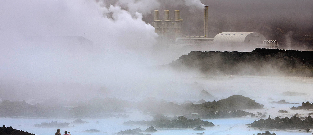 Visitors take pictures of the Svartsengi geothermal power plant near the Blue Lagoon hot springs outside the town of Grindavik May 12, 2008.  REUTERS/Bob Strong (ICELAND) - GM1E45D084001