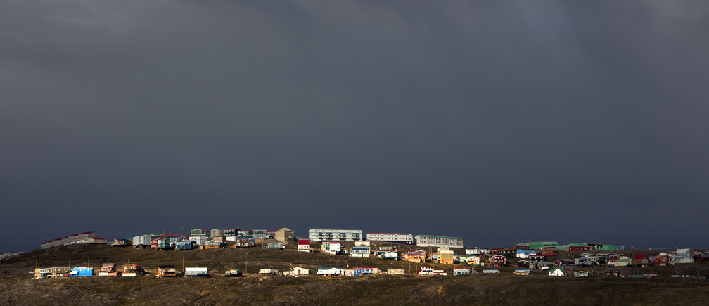 Homes are bathed in the late afternoon sun in Iqaluit, Nunavut in the Canadian Arctic August 24, 2009.        REUTERS/Andy Clark     (CANADA SOCIETY ENVIRONMENT) - GM1E58P0QAX01