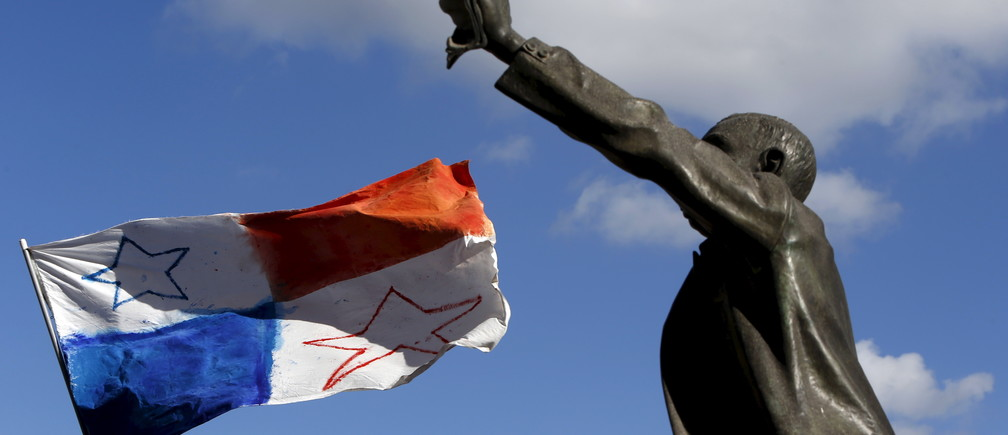 A Panamanian flag flies in the wind near a statue of Maltese pre-independence social reformer Manwel Dimech during a demonstration calling on Maltese Prime Minister Joseph Muscat to resign after two members of his government were named in the Panama Papers leak scandal, outside the office of the Prime Minister in Valletta, Malta, April 10, 2016. REUTERS/Darrin Zammit Lupi    MALTA OUT. NO COMMERCIAL OR EDITORIAL SALES IN MALTA - RTX29C6I