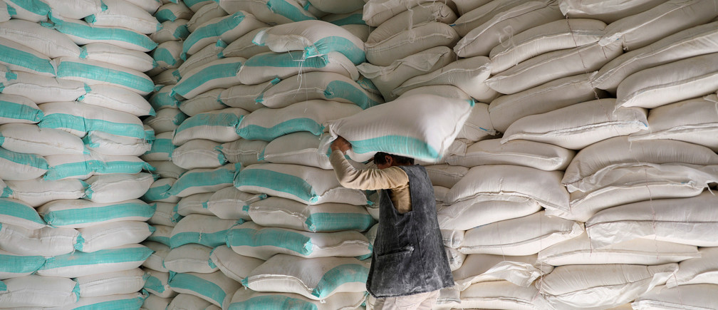 A worker carries a sack of wheat flour at a World Food Programme food aid distribution center in Sanaa, Yemen February 11, 2020. REUTERS/Khaled Abdullah - RC2GYE9AYX0I