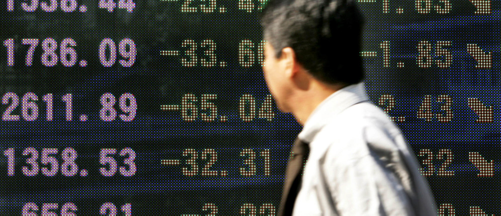 A businessman looks at an electronic board displaying falls in share prices outside a brokerage firm in Tokyo October 25, 2004. Japan's Nikkei share average fell 1.82 percent to a five-month closing low on Monday on worries about high oil prices and following a powerful earthquake that shook northern Japan on the weekend. The Nikkei fell 197.98 points to 10,659.15, the lowest close since May 17 when it ended at 10,505.05. REUTERS/Yuriko Nakao. NO RIGHTS CLEARANCES OR PERMISSIONS ARE REQUIRED FOR THIS IMAGE.  YN/fa - RP5DRIDZJJAA