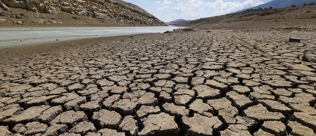 The dried cracked bed of the Qaraoun artificial lake is seen in West Bekaa, September 19, 2014. Unusually warm weather and low rain levels in Lebanon this year has caused the unusual drying of the Litani river that feeds the Qaraoun artificial lake, residents said. Picture taken September 19, 2014. REUTERS/ Mohamed Azakir (LEBANON - Tags: ENVIRONMENT) - GM1EA9M04PK01