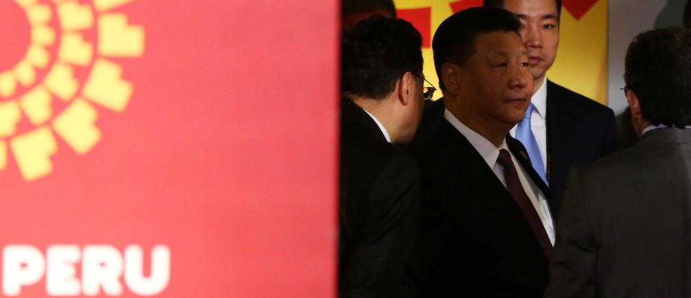 China's President Xi Jinping (C) waits to greet Peru's President Pedro Pablo Kuczynski (not pictured) during the APEC (Asia-Pacific Economic Cooperation) Summit in Lima, Peru, November 20, 2016. REUTERS/Mariana Bazo  - RTSSHXA