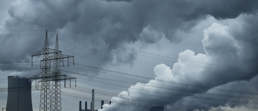 A power pole stands in front of the coal power plant of RWE as steam rises from the cooling towers of one of Europe's biggest electricity and gas companies in Neurath, north-west of Cologne, Germany. Picture taken March 4, 2016.    REUTERS/Wolfgang Rattay - RTS9OE3