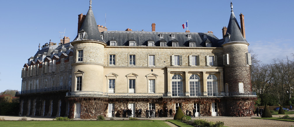 General view of the Rambouillet castle , west of Paris November 27, 2009.  REUTERS/Charles Platiau (FRANCE  CITYSCAPE) - RTXRAZB