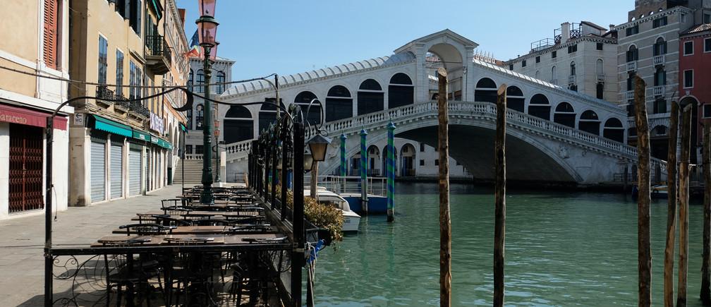Se ve agua clara en el Gran Canal de Venecia debido a la disminución de los turistas, las lanchas y la contaminación, mientras continúa la propagación de la enfermedad coronavirus (COVID-19), antes del Día de la Tierra en Venecia, Italia, el 16 de abril de 2020