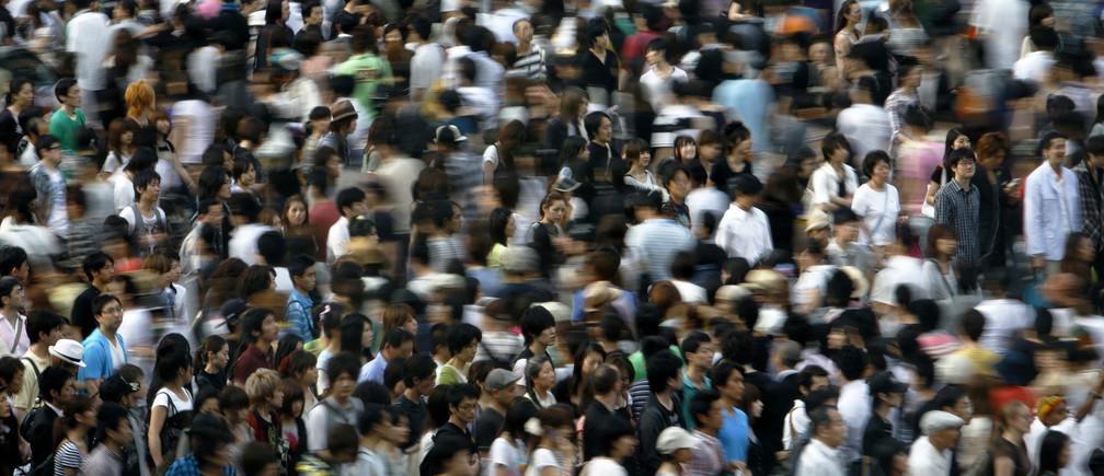 People walk across a street in Tokyo July 12, 2009.   REUTERS/Stringer (JAPAN BUSINESS SOCIETY) - GM1E57L18PB01