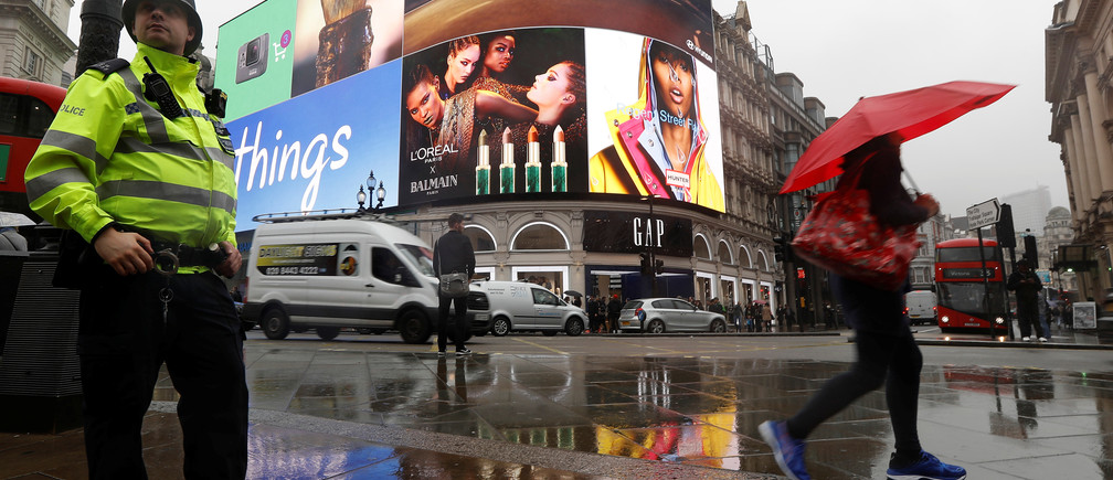 Britain's Piccadilly Circus billboard lights are illuminated following their switching off in January for renovation, London, Britain October 26, 2017.  REUTERS/Peter Nicholls - RC13B3A8EEF0