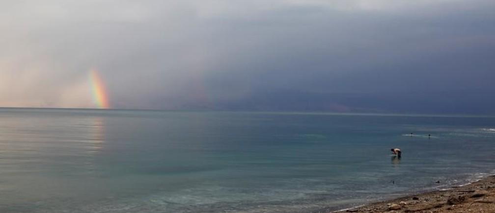 VIsitors bathe at the Dead Sea, near Metzoke Dragot in the Israeli-occupied West Bank, December 28, 2018 REUTERS/Nir Elias - RC1AAF449960