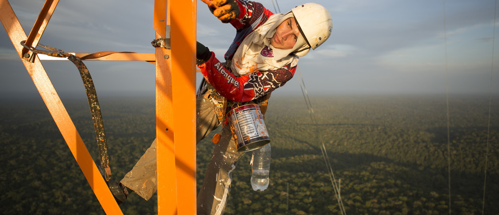 A worker paints the Amazon Tall Tower Observatory (ATTO) in Sao Sebastiao do Uatuma in the middle of the Amazon forest in Amazonas state January 10, 2015. The Amazon Tall Tower Observatory is a project of Brazil's National Institute of Amazonian Research and Germany's Max Planck Institute and will be equipped with high-tech instruments and an observatory to monitor relationships between the jungle and the atmosphere from next July. According to the institutes, ATTO will gather data on heat, water, carbon gas, winds, cloud formation and weather patterns. Picture taken on January 10, 2015. REUTERS/Bruno Kelly (BRAZIL - Tags: ENVIRONMENT SCIENCE TECHNOLOGY)  BEST QUALITY AVAILABLE - GF2EB1F02FS01