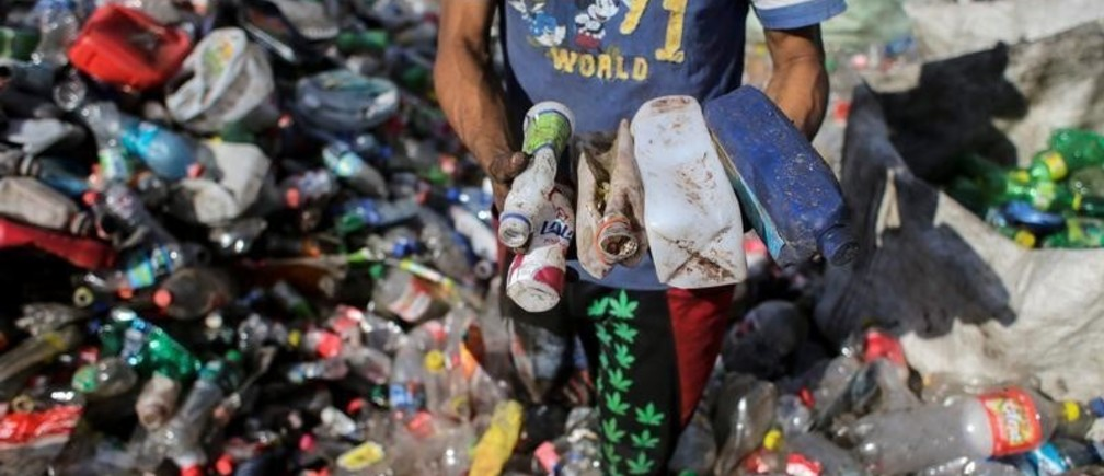 """A man collects plastic bottles to recycle at the municipal garbage dump, known as """"La Chureca"""" in Managua, Nicaragua February 26, 2019.REUTERS/Oswaldo Rivas - RC1FF67CF4F0"""