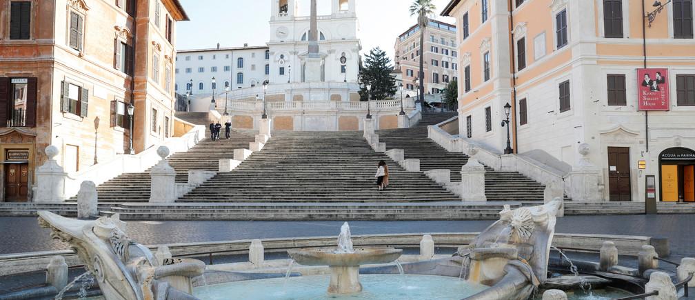 Vista general de la escalera española de Roma, virtualmente desierta después de que un decreto ordena que toda Italia se encierre en un encierro sin precedentes para vencer al coronavirus, en Roma, Italia, el 10 de marzo de 2020.
