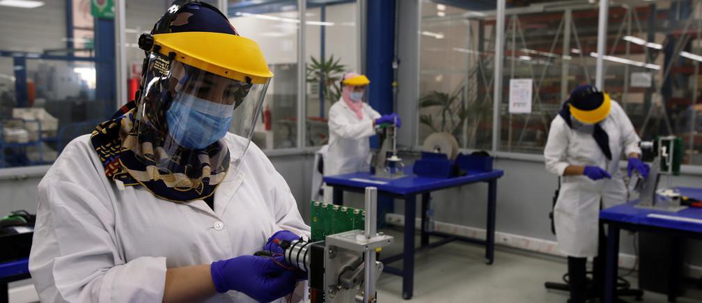 Los fabricantes se están reinventando a sí mismos para hacer suministros médicos.