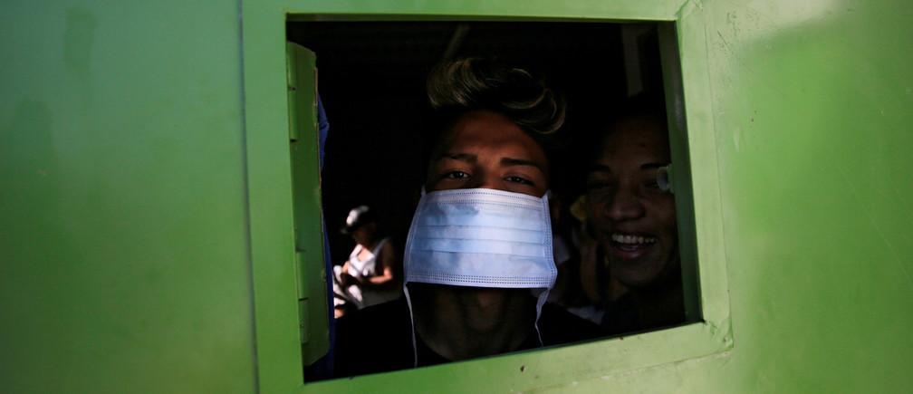 Les prisonniers ont été enfermés dans des cellules et se sont vus refuser des visites.