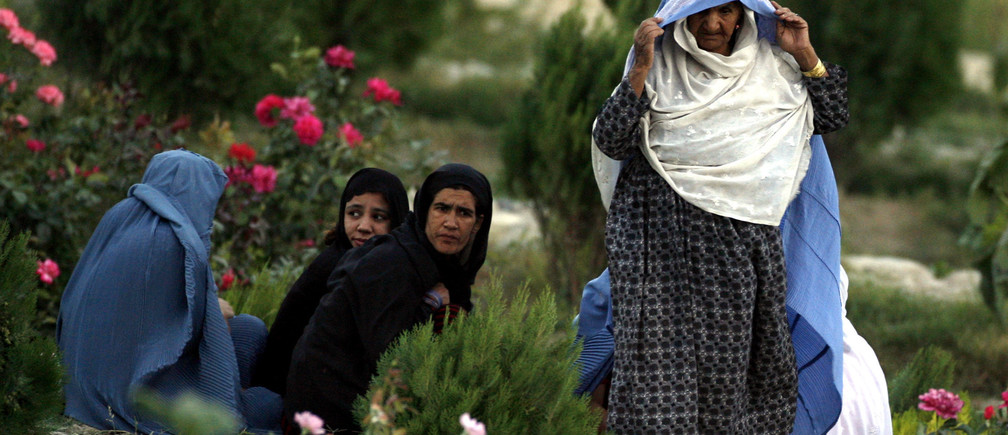 Afghan women sit at a park in Kabul August 21, 2007. REUTERS/Omar Sobhani (AFGHANISTAN) - GM1DVZCADRAA