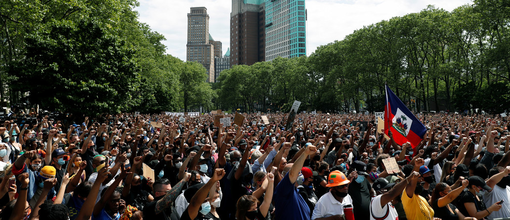 People attend a public memorial after the death in Minneapolis police custody of George Floyd in the Brooklyn borough of New York City, New York, U.S., June 4, 2020. REUTERS/Andrew Kelly - RC2K2H9WTRFP