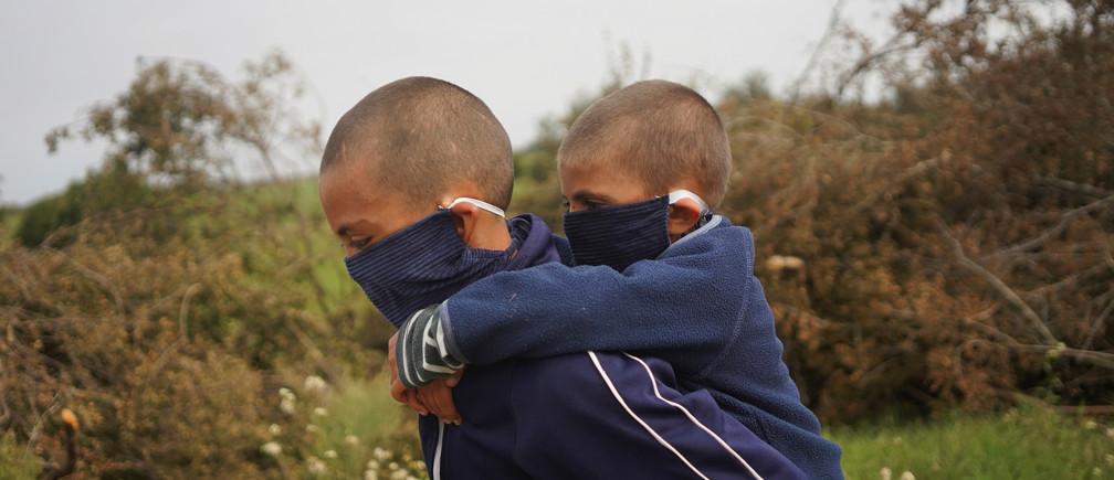 El estudiante David Camacho lleva a su hermano y compañero Sergio Camacho a casa desde la Escuela 30, una escuela rural que ha reanudado las clases después de un mes de descanso debido a la enfermedad coronavirus (COVID-19), en San José, Uruguay, el 22 de abril de 2020.