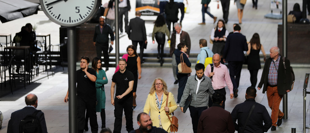 People walk through the financial district of Canary Wharf, London, Britain 28 September 2017. REUTERS/Afolabi Sotunde - RC11C5FD4370