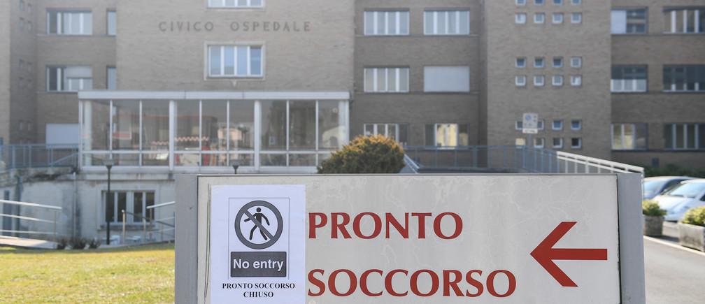 Un cartel que indica que la sala de emergencias está cerrada, a la entrada del hospital de Codogno en el norte de Italia