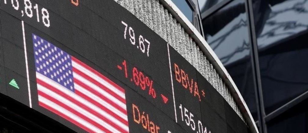 A screen displaying the exchange rate for Mexican peso and U.S. dollars next to the U.S flag is seen at Mexican stock market building in Mexico City, Mexico November 11, 2016.  REUTERS/Carlos Jasso    - RTX2T9OZ