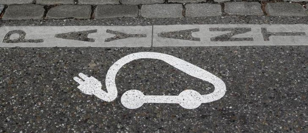 The pictogram of an electric car is painted on a parking space in Strasbourg, April 26, 2010. The city of Strasbourg, with the cooperation of Toyota, will place in circulation 100 of the Toyota Prius Plug-in hybrid cars.  REUTERS/Vincent Kessler  (FRANCE - Tags: BUSINESS ENERGY ENVIRONMENT TRANSPORT)