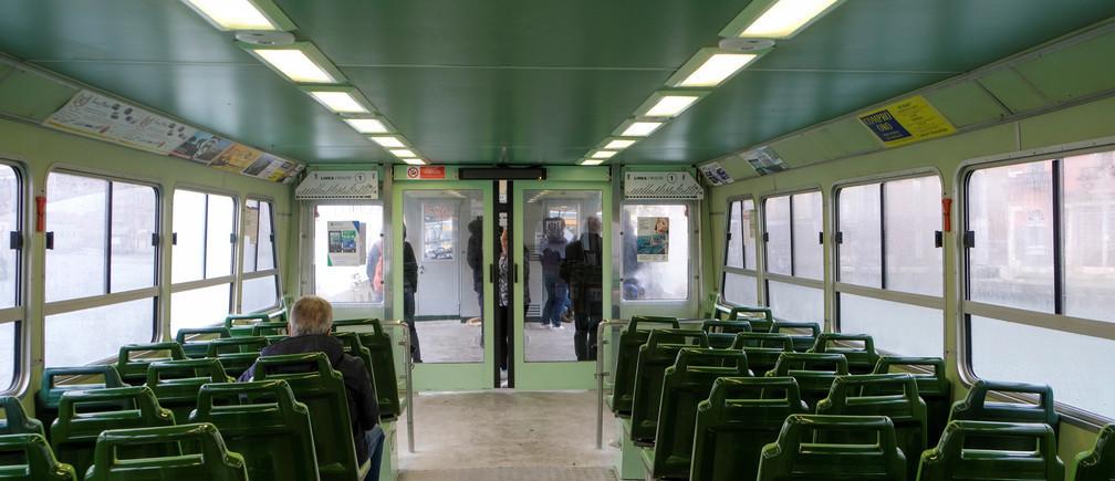 Un bus silencieux en Italie, où les écoles sont fermées et où de nombreuses personnes travaillent à domicile