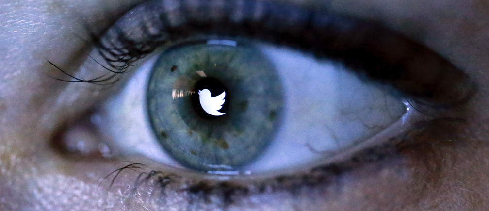 An illustration picture shows the Twitter logo reflected in the eye of a woman in Berlin, November 7, 2013.    REUTERS/Fabrizio Bensch/Illustration/File Photo    - RTSQY51