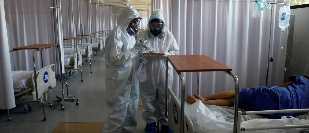 Se ve al personal médico cuidando a un paciente en el interior del hospital militar provisional del Campo Militar Nº 1, que atiende a pacientes con síntomas de la enfermedad coronavirus (COVID-19) en la Ciudad de México, México, el 9 de junio de 2020.