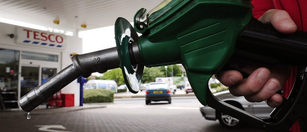 A petrol pump is seen at Tesco's in Leeds, northern England, June 25, 2010. REUTERS/Nigel Roddis (BRITAIN - Tags: ENERGY ENVIRONMENT SOCIETY) - RTR2FPYR