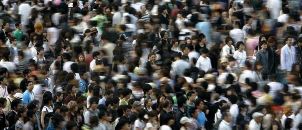 People walk across a street in Tokyo July 12, 2009.   REUTERS/Stringer (JAPAN BUSINESS SOCIETY) - RTR25VH9