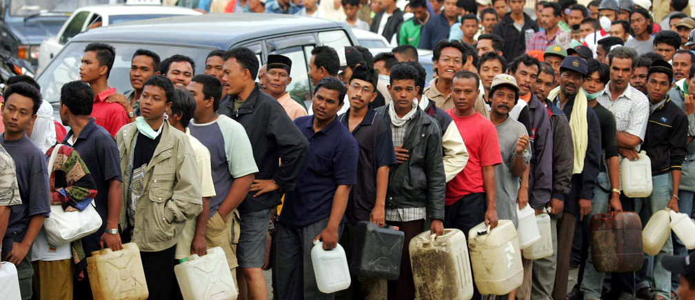People line up for gasoline in the Indonesia city of Banda Aceh on December 31, 2004. Acehnese people need gasoline for search their colleagues. Asia's tsunami death toll soared above 125,000 on Friday as millions struggled to find food, shelter and clean water, while the world began what may prove to be the biggest relief effort in history. - RTXN49U