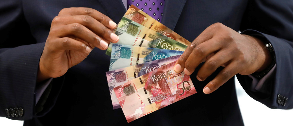 Kenya Central Bank Governor Patrick Njoroge displays the newly designed Kenyan shilling bank notes during a news conference at the Central Bank in Nairobi, Kenya, June 3, 2019. REUTERS/Baz Ratner - RC1F8AD58130
