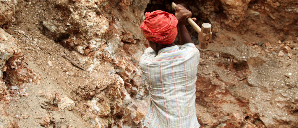 Babloo, 16, uses a hammer to break away pieces of mica in Giridih district in the eastern state of Jharkhand, India, June 27, 2016. Picture taken June 27, 2016. To match Thomson Reuters Foundation INDIA-MICA/CHILDREN REUTERS/Nita Bhalla - S1BETTEZNQAC