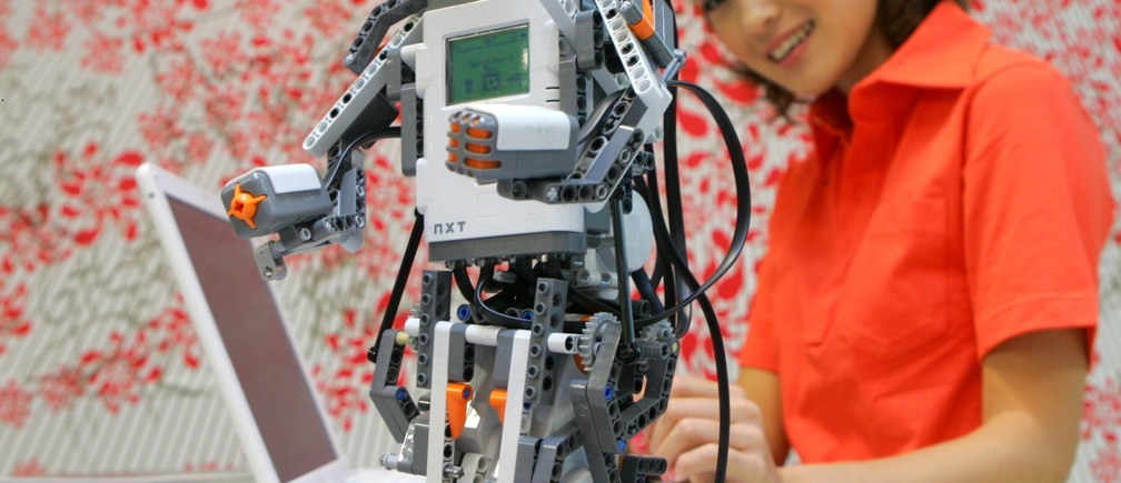 "Lego Group's new educational robot ""LEGO MINDSTORMS NXT"", equipped with a 32-bit microprocessor, USB 2.0, and Bluetooth, is displayed during a press preview in Tokyo June 6, 2006. - PBEAHUNMTDH"